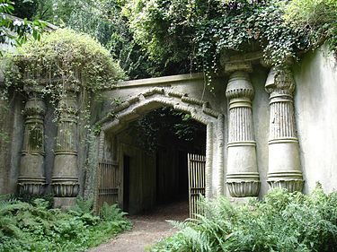 Egyptian_Avenue_Highgate_Cemetery